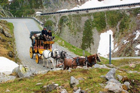 Ticino, Sveitsi: Giugno 2019. Discesa dalla Tremola con la vecchia carrozza di fine ottocento.
