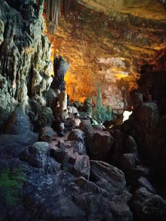 Grotte di Castellana: pare che l'acqua impighi oltre 50 anni per fare 1 centimetro di stalattite