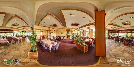 """Sehr geehrte Besucher,  Das Restaurant Orijent wurde 1981 eröffnet und befindet sich am Ortseingang von Kiseljak aus Richtung Sarajevo. Es verfügt über 120 Sitzplätze, einen Wintergarten, einen Sommergarten und einen Tennisplatz. Wir haben eine große Auswahl an Gerichten aus der nationalen und internationalen Küche. Wir organisieren alle Arten von Feiern, Empfängen, Hochzeiten, Catering und Buffets.  Herzlich willkommen! Restaurant """"Orijent"""" organisiert alle Arten von Empfängen von Partys und Ho"""