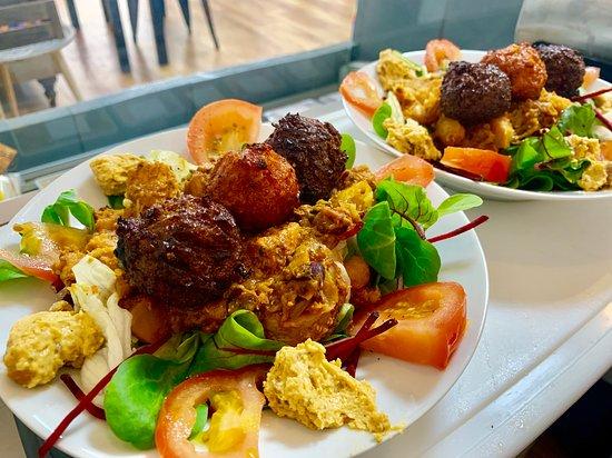 Mugshots Cafe and Deli: Falafel & Mixed Vegetable Salad