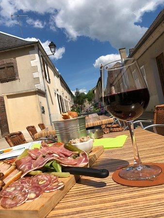 Charny, Frankrike: Planche mixte et verre d'Irancy