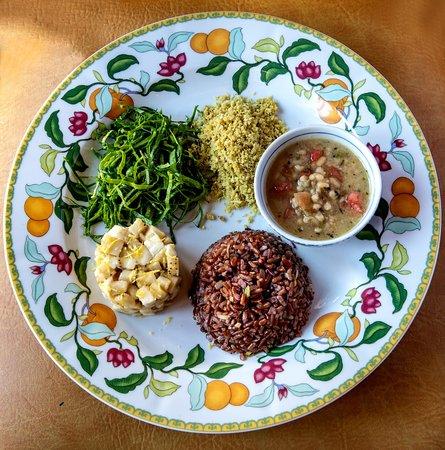 Mercearia do Conde: Arroz Vermelho, Feijão Manteiguinha com Ervas e Tomate Orgânico, Tartar de Banana, Farofa de Gengibre e Saladinha de Couve