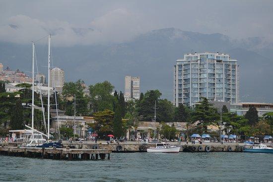Вид на причалы для яхт и катеров приморского бульвара