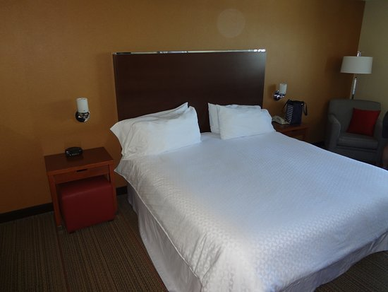 Four Points by Sheraton Kingston: Nice big bed