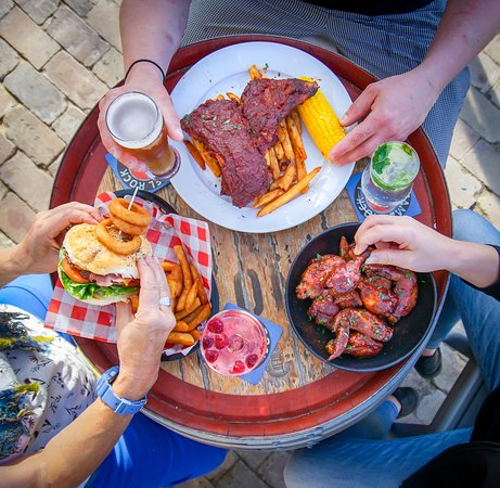 Camel Rock Brewery & Cafe: Ribs, wings and Camel Rock burger