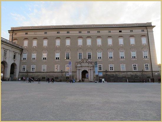 مباني المطله على الساحه متحف وكنيسة ومنازل تاريخيه