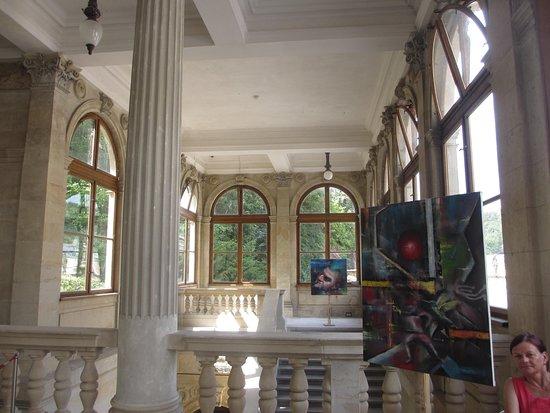На втором этаже вывешены картины