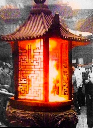 Shanghaiansk, Kina: Flaming incense brazier at Jade Buddha Temple Shanghai on a blustery winters morning