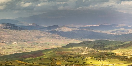 Enna, dalla Torre Pisana verso l'Etna