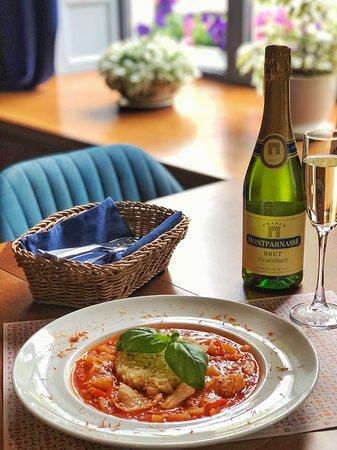 Cafe GOGOL-Mogol: 🔹Рекомендуем на этих выходных попробовать наше блюдо: кальмары в пряном кисло-сладком соусе с шафрановым рисом и бокал французского игристого вина 🥂  ⠀  🔹Это очень вкусно!  Пробуйте и делитесь впечатлениями 💙  __________________  📍ул. Гоголя д. 7  ☎️ 8(8112)20-15-25