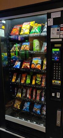 إمباسي سويتس بوش جاردنز: Well-stocked snack machine. Beverage machine also available. 