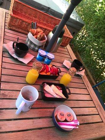 Les Villas Du Sud: Un parfait petit déjeuner très complet servi à domicile
