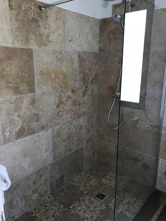 Les Villas Du Sud: Une salle de bain très belle et spacieuse !!
