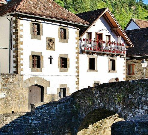 Rincón de Ochagavia, uno de los pueblos más bonitos de Navarra. Info para visitarlo https://guias-viajar.com/espana/navarra-visita-ochagavia-pirineos-valle-salazar/