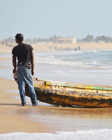 Keta, กานา: Fisherman catching tilapia.