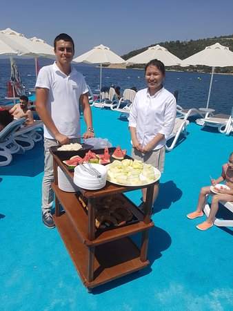 at Duja ultra all inclusive  Bodrum they know what their guests need on a warm and sunny day at the beach or swimming pool : Fresh melons -turkish bread and cheese.