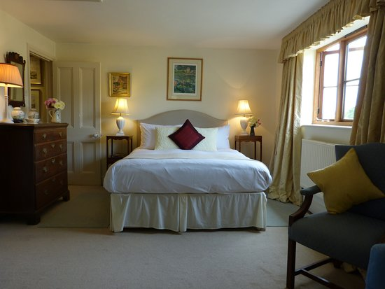 East Chelborough, UK: Cream double Bedroom with ensuite shower and bathroom