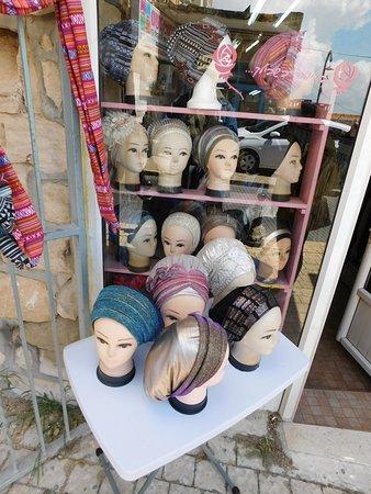 The Old City of Safed: Laden mit Kopftüchern und Perücken für orthodoxe Jüdinnen