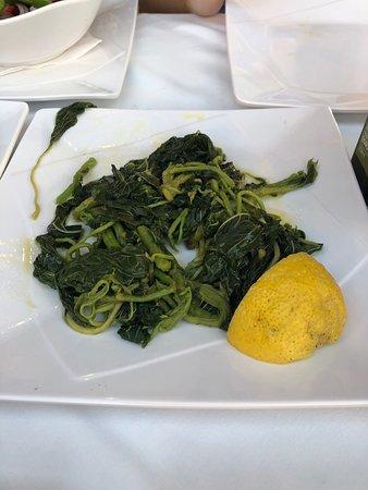 Adriatic Family Restaurant: Заботливо положили побольше сыра в салат и принесли пару в качестве комплимента травы и сыр 🥰