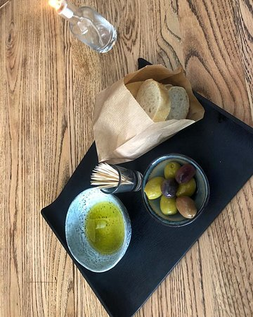 ‪‪Winespot‬: With first glass drank inside a bread and olive platter is for free per table‬