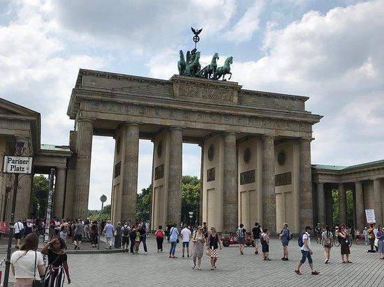 Explore Berlin: Top Attractions Walking Tour: Brandenburg Gate
