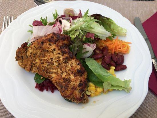 Bunzen, سويسرا: Trutenschnitzel mit Salatvariante