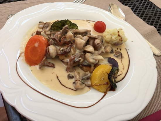 Bunzen, سويسرا: Vegetarich: Pilzragout an einer perfekten Sauce auf geschibbelten, gebratenen Knödel