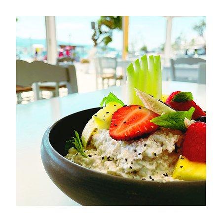 Quinoa with fruits, cinnamon, yogurt, chia, vanille & spearmint.