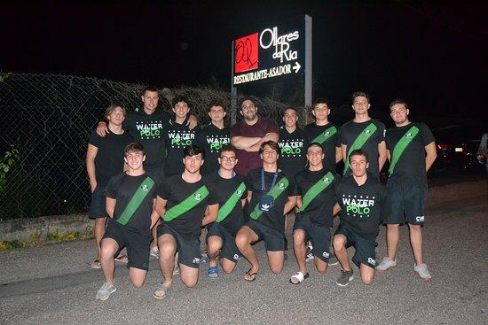 Restaurante-Asador Ollares da Ría: Gonzalo con el equipo juvenil del Club Waterpolo Elx en su estancia disputando el campeonato de España juvenil de Waterpolo 2019. Grandes todos.
