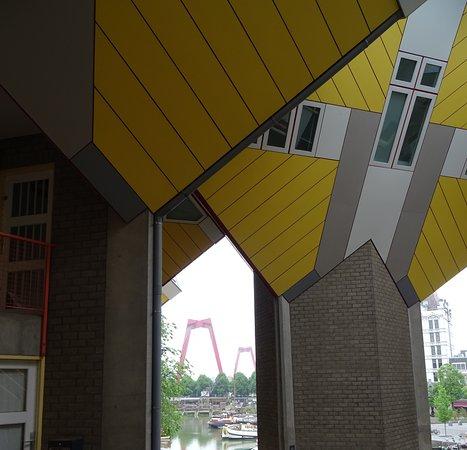 Kubushäuser Rotterdam: Im Hintergrund die Erasmusbrücke