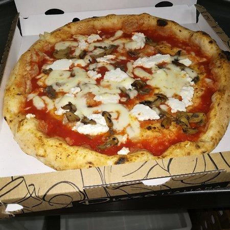 Capodrise, Włochy: Pizza con ricotta, funghi, alici e mozzarella