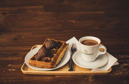 Čerstvá křupavá vafle a čokoláda Callebaut (Fresh crispy waffle and chocolate Callebaut)
