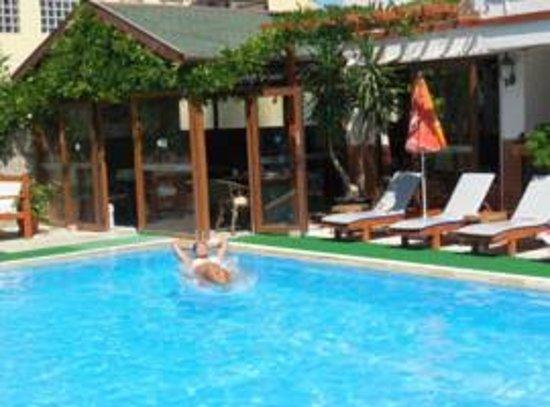 Ten Apart Hotel: Havuz ve kahvaltı