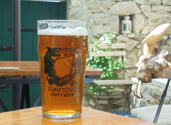 Hvar, Kroatia: Cold craft beer at our charming terrace.