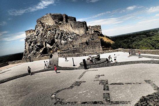 قلعة ديفن: can you see the foundation of the old church?