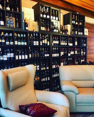 la sala cantinetta...un piccolo spazio dove poter mangiare e rilassarsi a fine serata su un comodo divano con poltrone.. possibilità di prenotazione