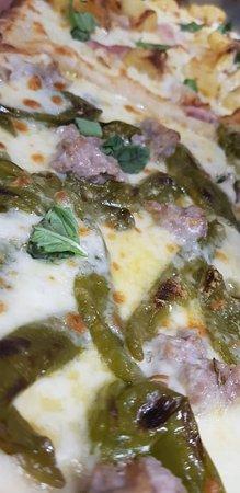 """Agriturismo Nonno Luigino: Pizza """" Fiume"""" con salsiccie al finocchietto selvatico e peperoncini verdi"""
