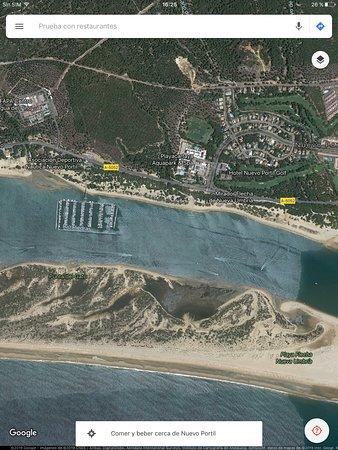 La playa debajo del Hotel es muy fangosa hay que cruzar el río para estar en una playa de Huelva.