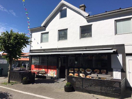 Fasade med uteplass i gågaten i Kopervik. Kjekt å sitte og slappe av med en matbit eller is.