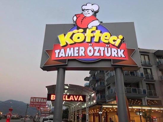 Tamer-e Qarah Quzi, อิหร่าน: Köfteci Tamer Öztürk te bahçede kahvaltı yapmak ayrı bir keyif ayrıca köfteside çok güzel fiyatlar makul
