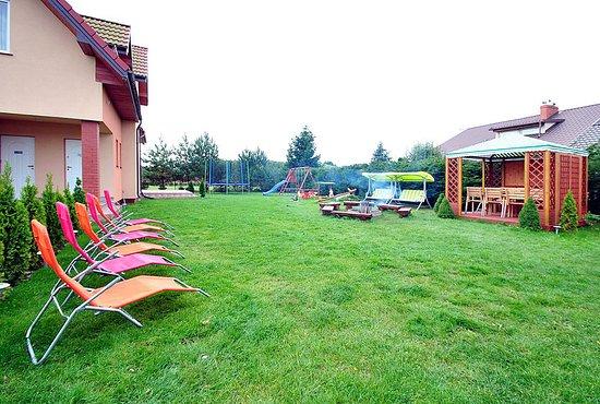 Lubiatowo, Polska: Willa Oleńka w Lubiatowie zapewnia pokoje z łazienkami w dobrym standardzie. Na terenie wygodne leżaki, plac zabaw dla dzieci, trampolina, altanka i ognisko.