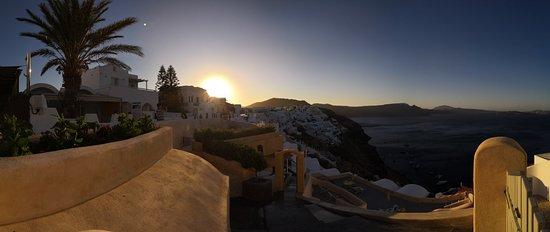 Oia, Grécia: Du lever du soleil jusqu'au coucher ( et même la nuit), cette ville est belle. Les ruines Byzantines offrent un spot idéal pour les photos
