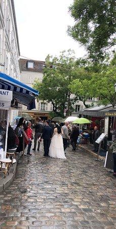 Montmartre: مكان جميل يستحق الزيارة يطل على مدينة باريس والحي الذي يقع خلف الكنيسة أكثر من روعة..أنصح بزيارته خلال شهري ٦-٧ ميلادي مع بداية الصيف وزخات المطر أجواء خيالية👍🏻