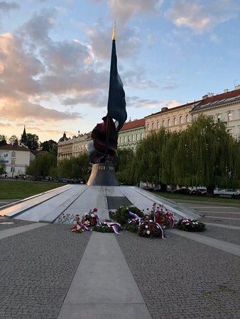 Tour lumineux et tôt le matin : Statue commemorating Prague's freedom.