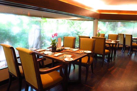 บริเวณโต๊ะนั่ง จะมี เมนู ให้ท่านสามารถสั่งอาหารปรุงสุก เพิ่มได้ นอกเหนือ จากรายการอาหารที่ทางโรงแรมจัดเตรียมไว้ให้แล้วได้ครับ