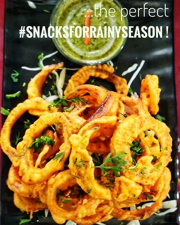 Phoenix Restaurant & Guest House: Pakora plathora ! The perfect indian snack (especially Pakoras and Chai in the rain) !