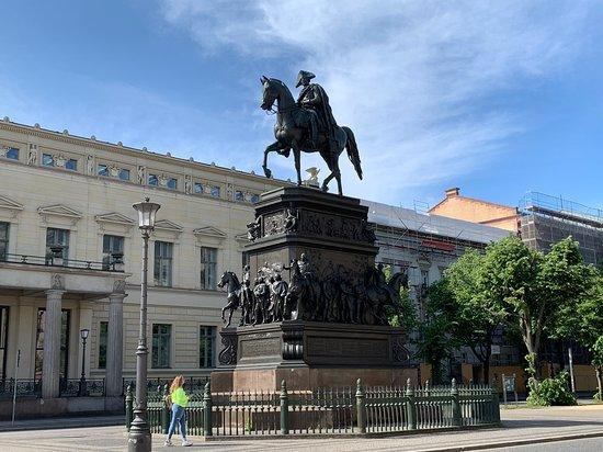 Reiterstandbild König Friedrich II von Preußen: The wide view