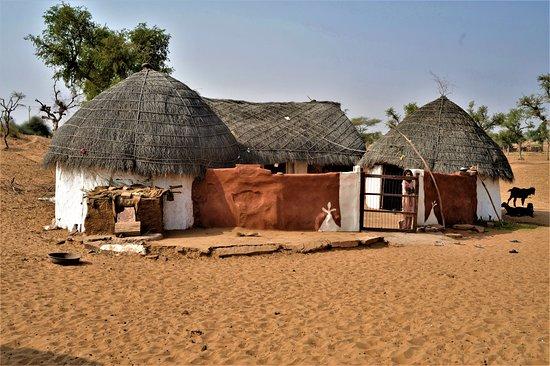 Τζοντπούρ, Ινδία: Case in un villaggio nel distretto di Jodhpur - Rajastan / India. Cliccare sulla foto per vederla come scattata.