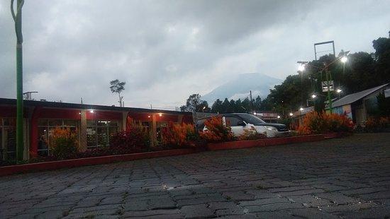 Guci, إندونيسيا: Rumah Makan Taman WatuJajar  berada di Jalan Raya Bojong guci Km 19 kelurahan Bojong Kecamatan Bojong Kabupaten Tegal Jawa Tengah. Tempat yang Nyaman, Asri plus Menu makanan yang sangat cocok dilidah.