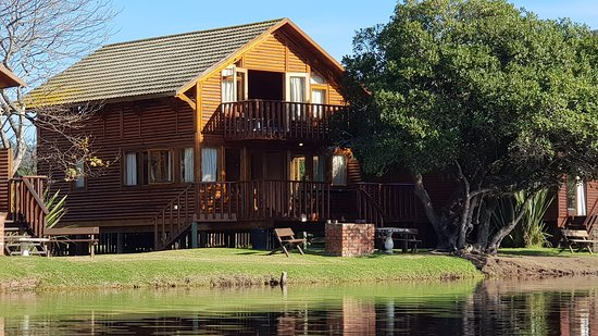 Leeris(nr15) is a lovely 3 bedroom 2 bathroom waterfront chalet overlooking the Touws River.